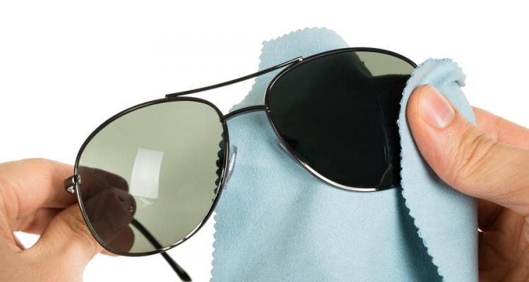 Sonnenbrillen richtig putzen
